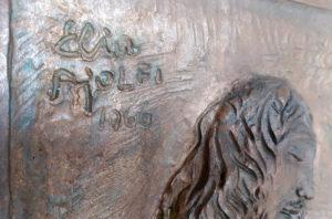 Firma del bassorilievo in bronzo di Elia Ajolfi